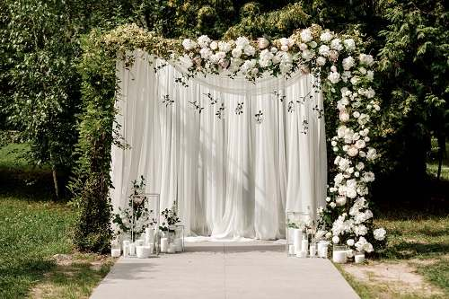 دانلود تصویر دکوراسیون مراسم عروسی با گل رز سفید و سبز