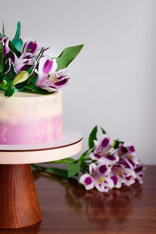 تصویر باکیفیت کیک خوشمزه با گلهای تازه
