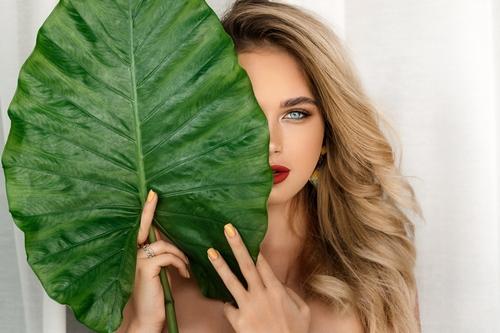 دانلود تصویر باکیفیت دختر زیبا در حال میکاپ کردن در آرایشگاه زنانه 🔥